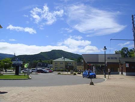 0711041-JR大沼公園站出站景色(右邊就是觀光案內所).JPG