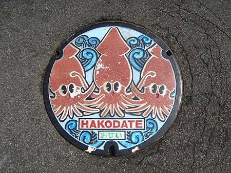 0712046-函館朝市下水道的蓋子.JPG