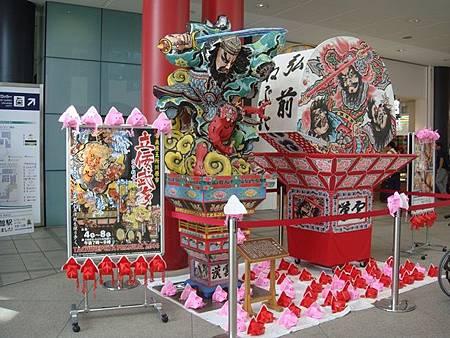 0712025-函館站的青森睡魔祭模型.JPG
