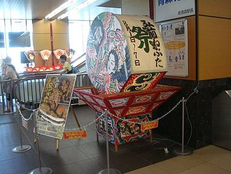 0712132-JR新青森站的弘前睡魔祭模型.JPG