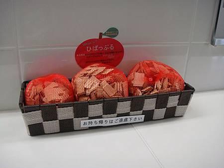 0712137-新青森站的廁所用蘋果木當芳香劑.JPG