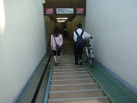 0712199-腳踏車用的地下道樓梯.JPG