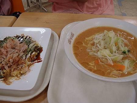 0712213-伊藤洋華堂地下美食街的味增拉麵跟大阪燒.JPG