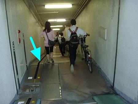 0712200-腳踏車用的地下道樓梯.JPG