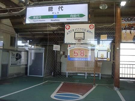 0713047-能代車站月台上的投籃設備.JPG