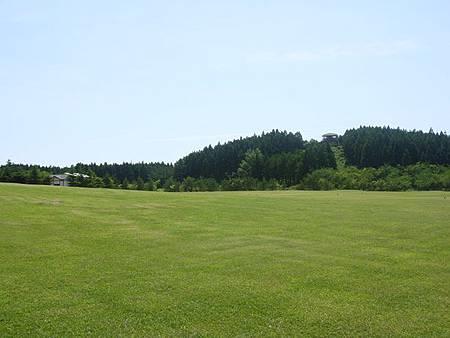 0713102-白神海彥山彥館有超大草坪.JPG