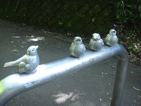 0713125-往青池入口的小鳥銅像.JPG