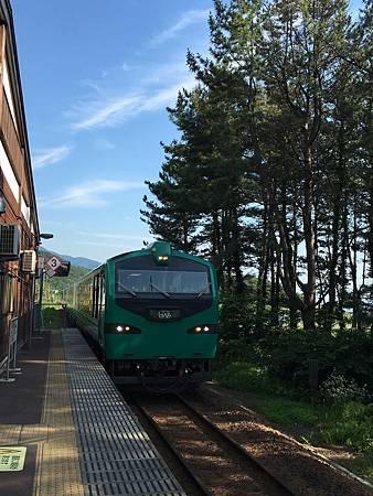 0713296-我們要搭的五能線觀光列車來了by Y.JPG