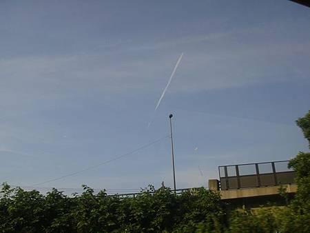 0713344-五能線窗景(天空中一直線的雲).JPG