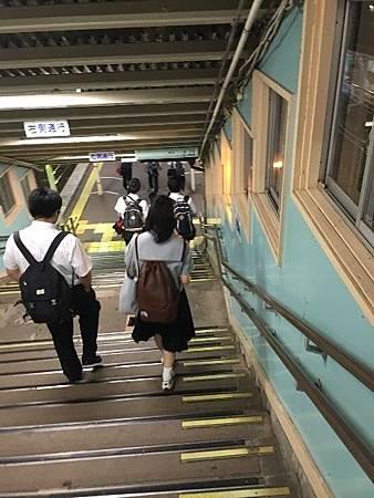 0713486-滿是學生的車站跟月台by  Y.JPG