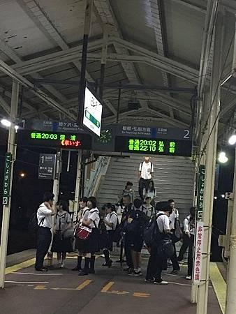 0713487-滿是學生的車站跟月台by  Y.JPG