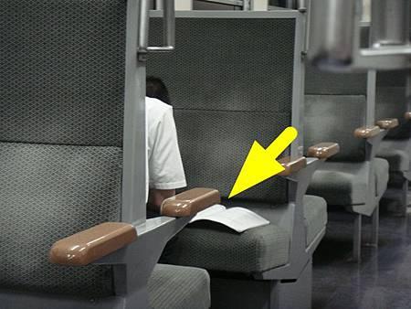 0713489-在電車上也認真在K書的學生.JPG