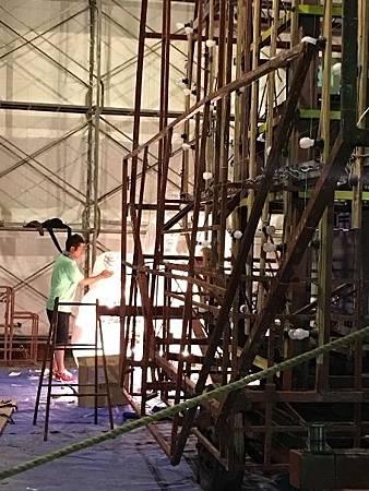 0713495-原來睡魔祭的燈籠是晚上製作的by Y.JPG