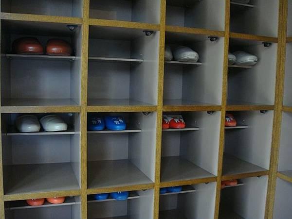 0714270-弘前圖書館鞋櫃(要換拖鞋才能進入).JPG