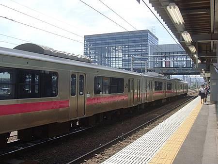 0713014-弘前站的月台跟電車.JPG