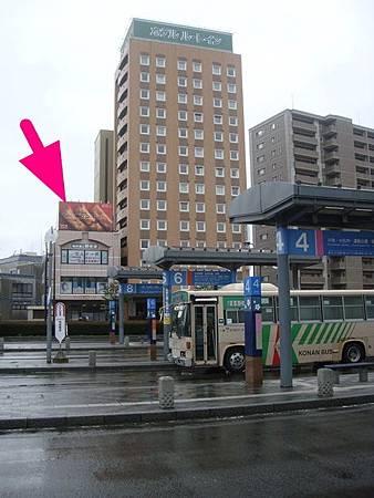 0714017-公車站跟我們住的Route Inn.JPG