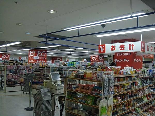 0714318-弘前車站旁百貨內的百元商店.JPG