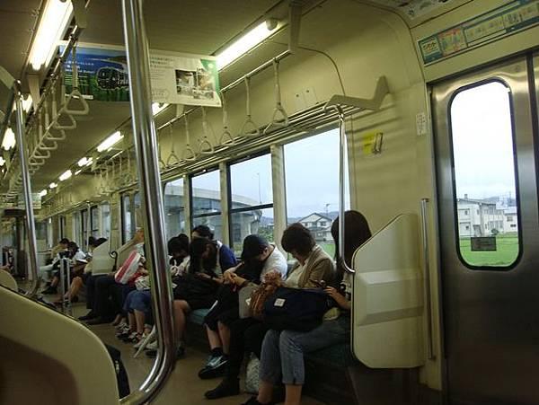0714319-往青森的電車上(幾乎都在滑手機).JPG
