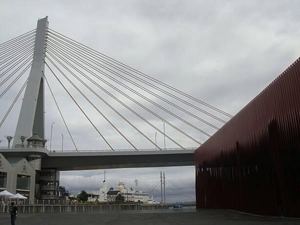 0715041-睡魔之家與海灣大橋.JPG