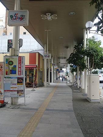 0715026-通向車站的人行道都有遮雨棚.JPG