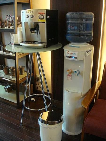 0715023-大廳的飲水機跟咖啡機.JPG