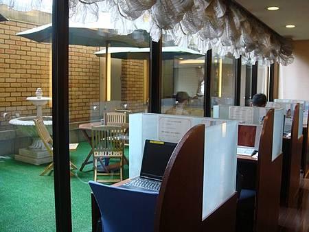0715021-Hyper Hotels Passage大廳旁免費電腦使用區.JPG