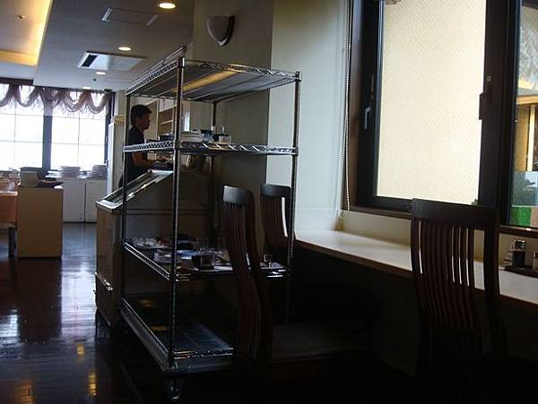 0715010-Hyper Hotels Passage早餐也得自己收餐盤.JPG