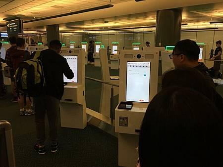 0709025-溫哥華機場的簽證機器Y.JPG