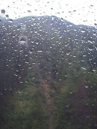 0710119-纜車車窗也都是水.JPG