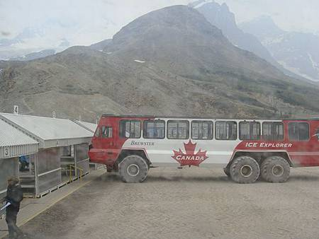 0711192-搭上冰原雪車.JPG
