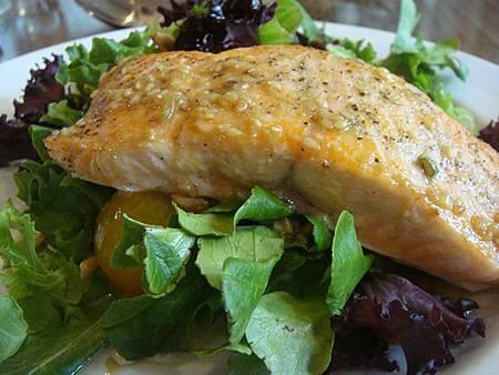 0712213-翡翠湖餐廳午餐(生菜沙拉及鮭魚排).JPG