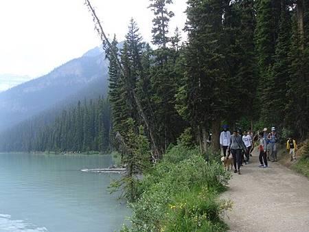 0712331-Lake Louise湖畔健行.JPG