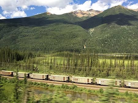 0713088-國道1號前往Revelstoke灰熊鎮又見火車Y.JPG