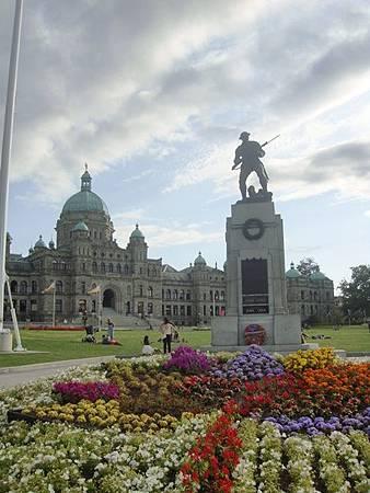 0715472-BC省省議會與陸軍紀念碑.JPG