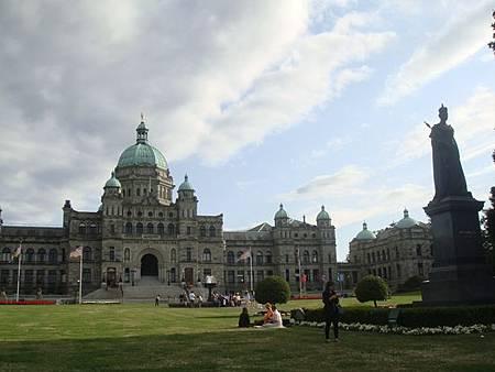 0715469-BC省省議會與維多利亞女王雕像.JPG