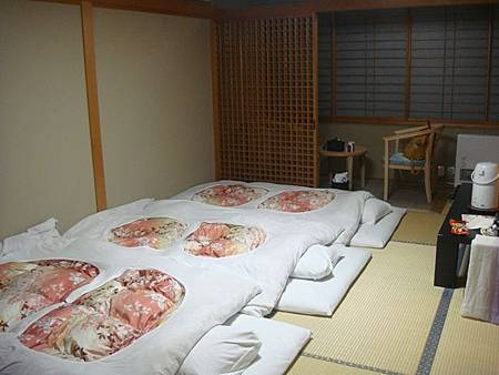 1021248-賑山亭爐端燒後鋪好床的303房.JPG