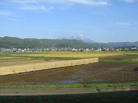 1024019-秋田新幹線上看岩手山.JPG