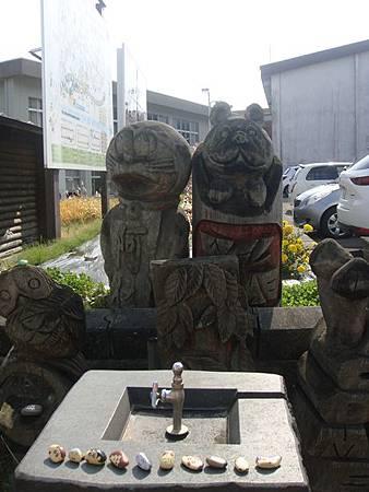 1024246-阿仁合駅外的彩繪小石頭.JPG