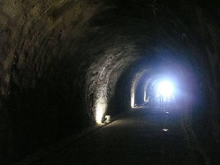 0709449-搭電梯穿過隧道就是海邊.JPG