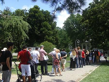 0714152-排隊進Dolmabahçe Sarayi多瑪巴切皇宮的人龍.JPG