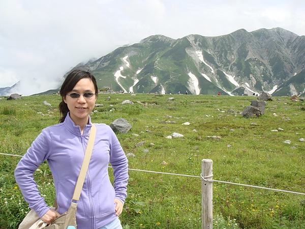 0808090-我與室堂站外的立山美景.JPG