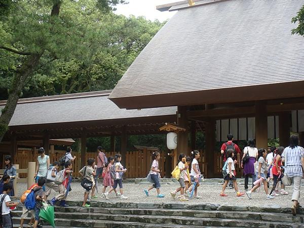 0810032-走進神宮的大批小朋友.JPG