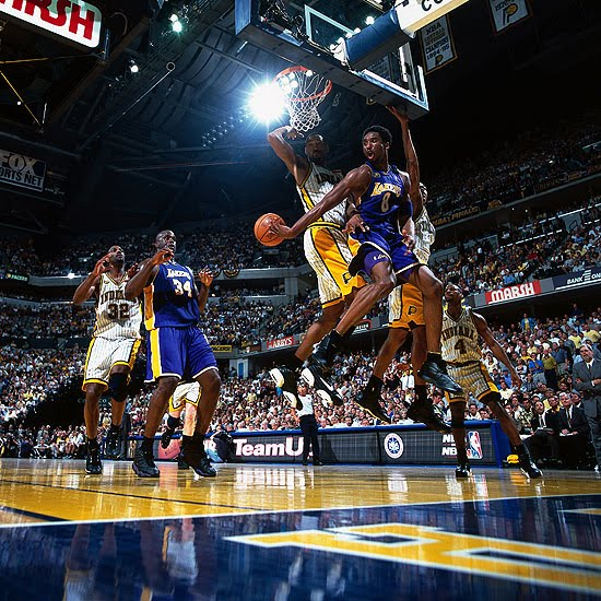 Kobe_to_Shaq_2001a.jpg