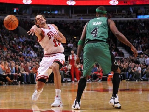 joakim-noah-exaggerated-pass-e1355959257468
