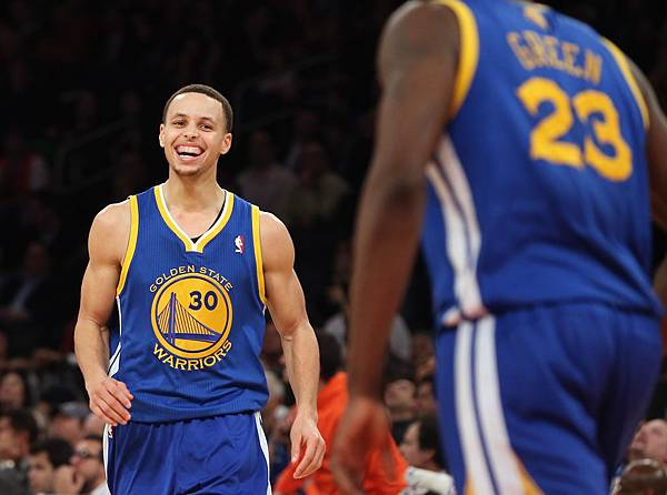 Stephen-Curry-dominates-Knicks