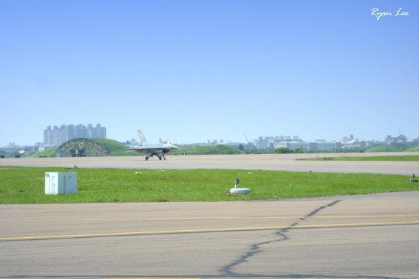 F-16滑行