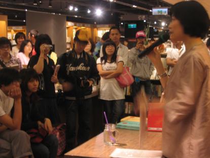 曼娟老師在誠品園道店.jpg