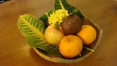 迎賓水果籃,只吃了一顆橘子就被米老鼠偷了兩個走