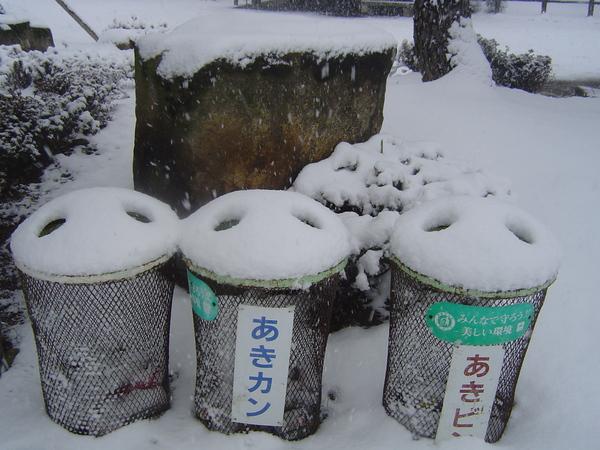 垃圾筒上的積雪