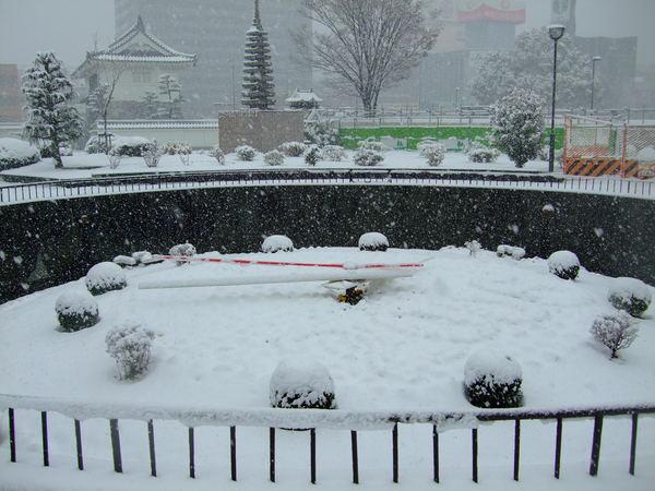 原本的花鐘被雪覆蓋了